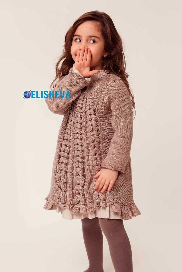 Тёплое, красивое платье для девочки вязаное спицами со вставкой крючком