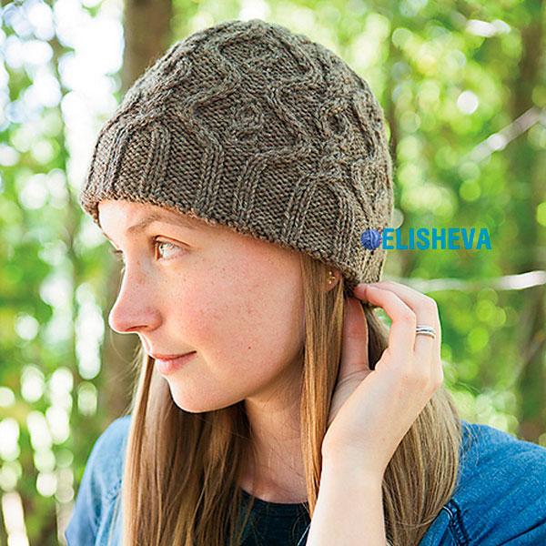 Невероятно красивая женская шапка с аранским узором от Джойс Фассбендер