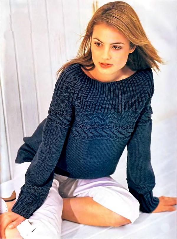 Темно-синий пуловер с