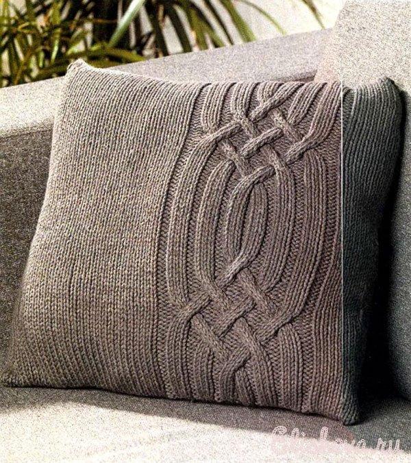 Серая подушка с косами вязаная