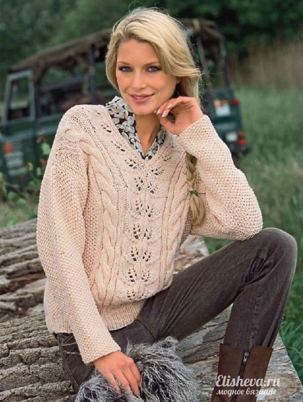 бежевый ажурный пуловер с V образным вырезом вязаный спицами