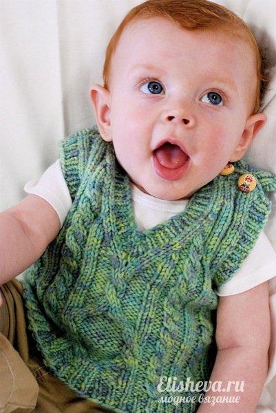 Детский жилет с аранами вязаный спицами: размеры от 6 мес. до 8 лет