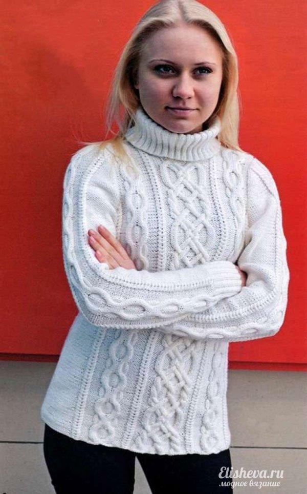 Белый свитер с аранским узором вязаный спицами