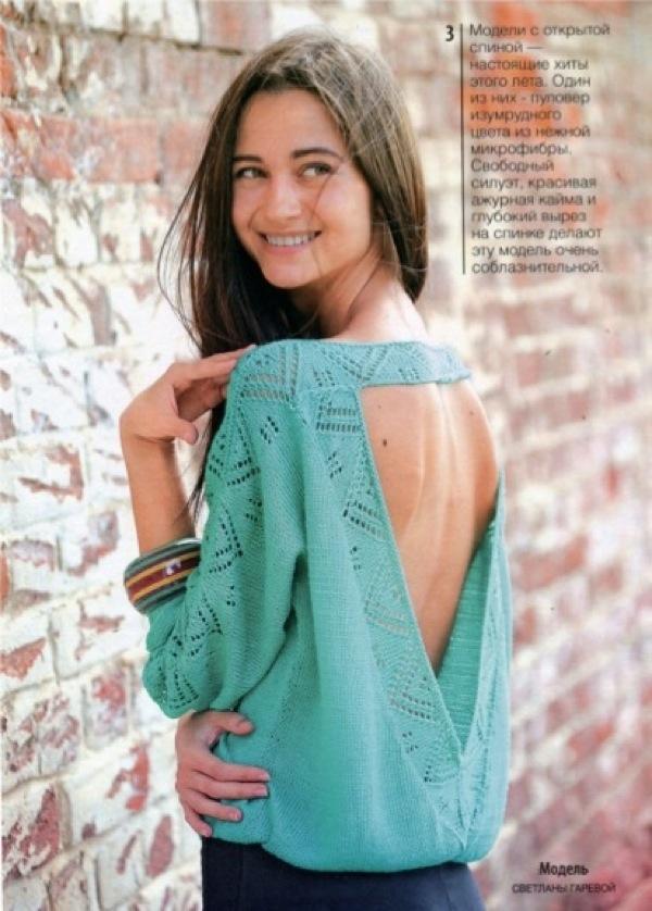 Кокетливый пуловер с ажурными элементамии открытой спиной, вязаный спицами