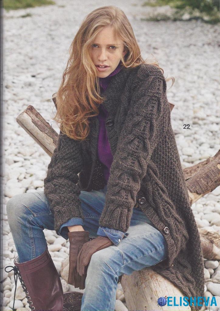 Коричневое пальто с жемчужным