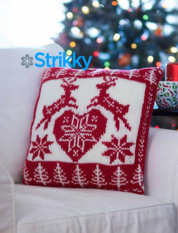 Подушка с норвежскими узорами «Новогодние олени» от Bernat, вязаная спицами