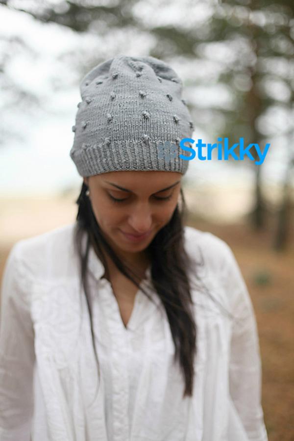 простое вязание спицами женская шапка с шишечками