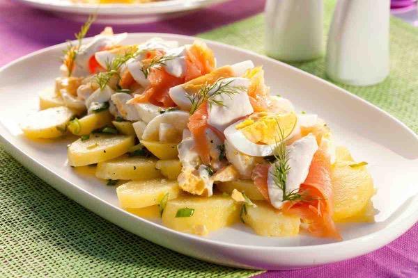 Салат с копченым лососем и сыром картофелем
